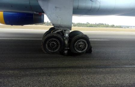 Blick auf die beschädigten Reifen.