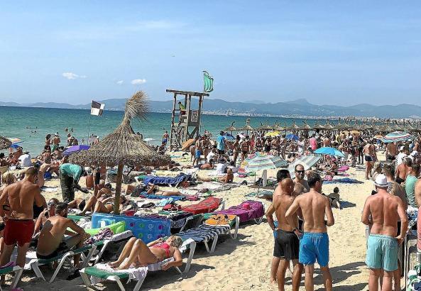 Die Playa de Palma ist rappelvoll.