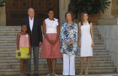 Michelle Obama 2010 mit einer ihrer Töchter, Juan Carlos, Sofía und Letizia vor dem Marivent-Palast.
