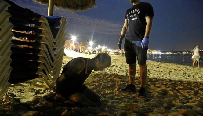 Ein Polizist in Zivil nimmt einen mutmaßlichen Kriminellen fest.