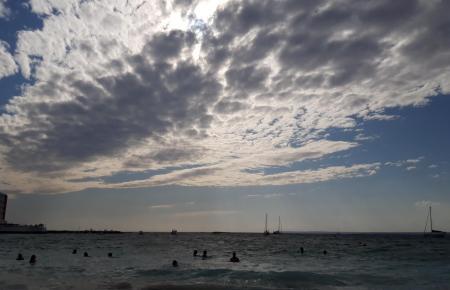 Wolken wie hier am Himmel über Colònia de Sant Jordi werden für Dienstagabend erwartet.
