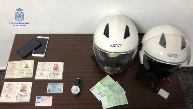 Die Polizei stellte die gestohlene Uhr sowie gefälschte Ausweisdokumente sicher.
