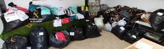 Mehr als 2000 gefälschte Waren wurden in Läden beliebter Ferienorte beschlagnahmt, darunter auch Damenhandtaschen und Fußballtrikots.