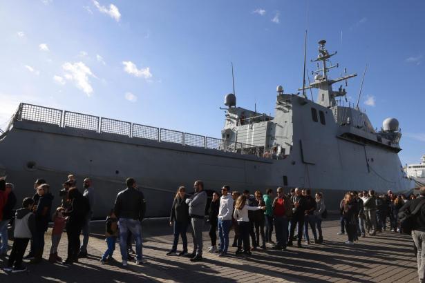 """Das spanische Kriegsschiff """"Audaz"""" bei einem früheren Besuch samt """"Tag der offenen Tür"""" im Hafen von Mahón auf Menorca. afen von Mahón."""