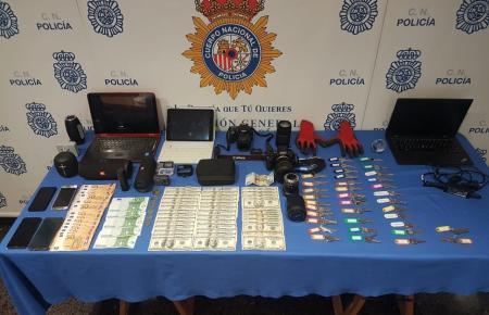 Die Polizei stellte verschiedene Gegenstände sicher.