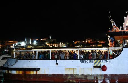 """Die """"Open Arms"""" macht im Hafen von Lampedusa fest."""
