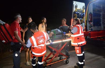 Der DJ wird in den Krankenwagen gebracht.