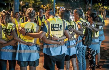 """Vor jedem Einsatz wie hier auf den Straßen von Magaluf beten die """"Street Angels""""."""