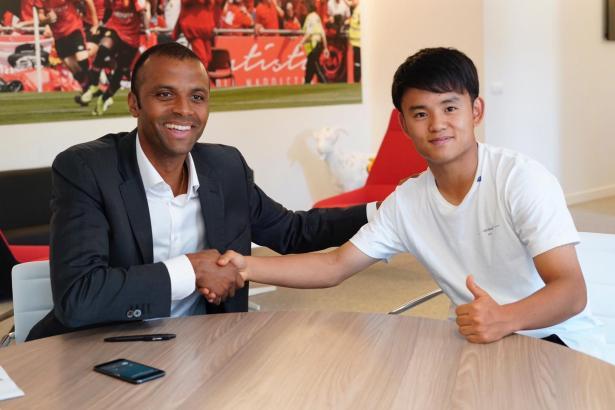 """""""Wunderkind"""" Kubo (r.) bei seiner Vertragsunterzeichnung mit Real-Mallorca-Manager Maheta Molango."""