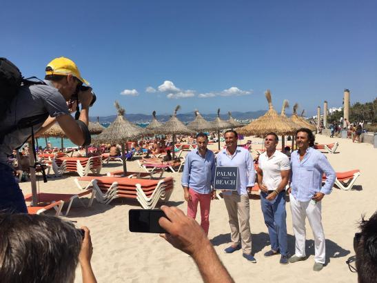 Die Initiatoren der Palma-Beach-Qualitätsoffensive für die Playa de Palma, unter ihnen der Gastronom Juan Ferrer (2.v.l.), präsentierten sich Medienvertretern am Freitagmittag am Strand.