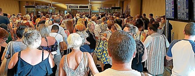 Vor den Passkontrollen für Reisende aus Nicht-Schengen-Ländern könnte es an diesem Wochenende an Mallorcas Flughafen zu langen Schlangen kommen.