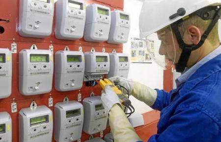 Ein Endesa-Mitarbeiter bei der Untersuchung von Stromzählern.