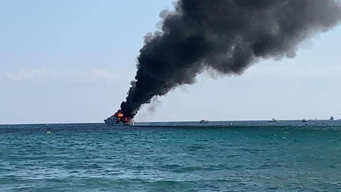 Die starke Rauchentwicklung auf der Yacht war bis zum Strand von Es Trenc zu sehen.