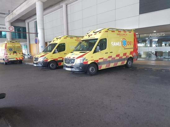 Krankenwagen vor der Notaufnahme der Klinik Son Espases in Palma.
