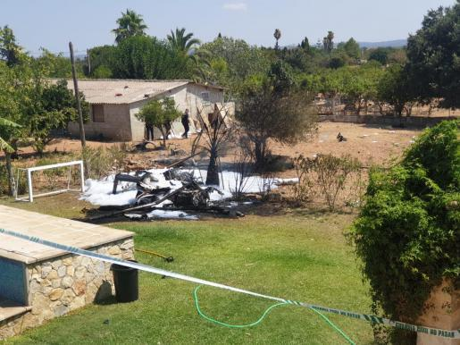 Die brennenden Teile der beiden kollidierten Flugzeuge liegen unter anderem auf einem Finca-Grundstück zwischen Sineu und Sencelles.
