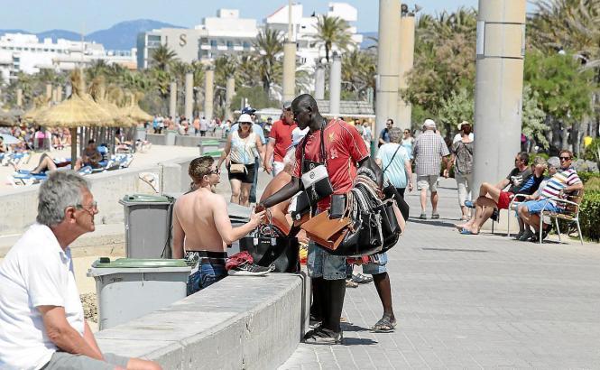 Ein Händler an der Playa de Palma bietet seine Waren an.