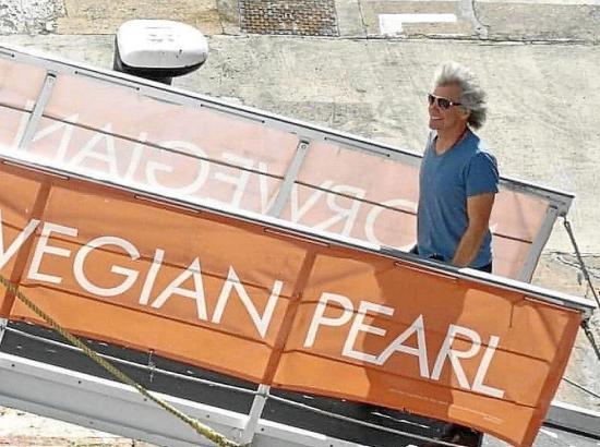 """Jon Bon Jovi besteigt die """"Norwegian Pearl""""."""
