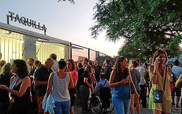 Die rund 3500 Besucher auf dem Festivalgelände Son Fusteret (hier vorm Eingang) waren sichtlich enttäuscht, als das Konzert der französischen Sängerin ZAZ in letzter Minute abgesagt wurde.