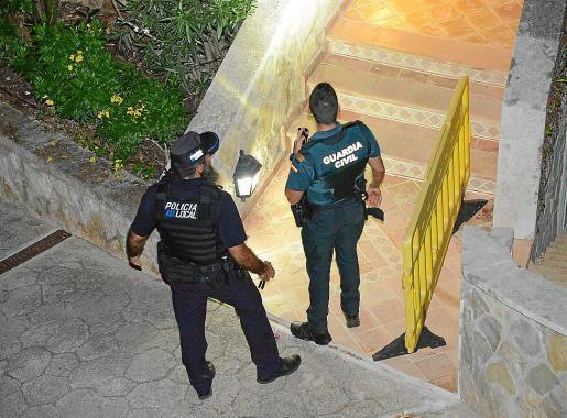 Nach dem Überfall auf die Villa werteten Polizeibeamte Spuren aus.