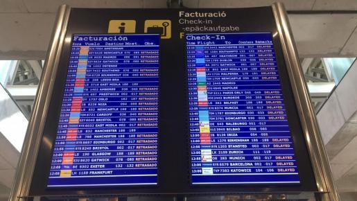 """""""Retrasado"""" beziehungsweise """"Delayed"""": Die Anzeigetafel am Flughafen von Palma zeigt an diesem Sonntag viele verspätete Flüge."""