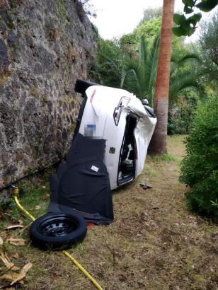 Das Unfallfahrzeug in dem Garten in Valldemossa.