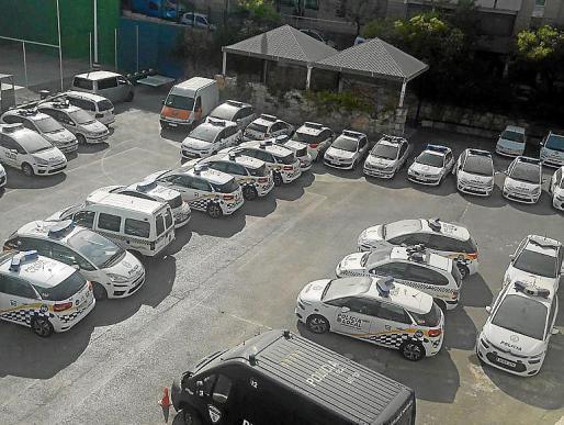 Auf dem Hof der Polizeiwache in Palma sollen angeblich mehr als 40 Einsatzwagen auf eine Reparatur warten.