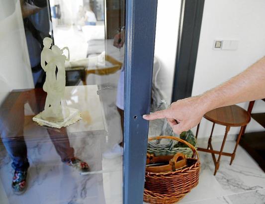 Eine von den unbekannten aufgebohrte Glastür an einem Anwesen in Santa Ponça.