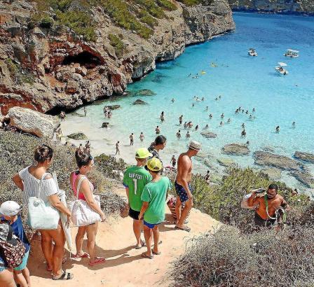 In der Hochsaison pilgern 3500 Touristen täglich zur Caló des Moro.