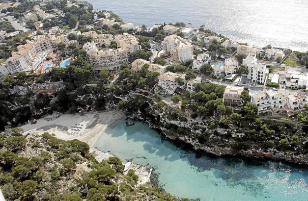 Der Touristenort Cala Pi, einige Hotels und der Strand.