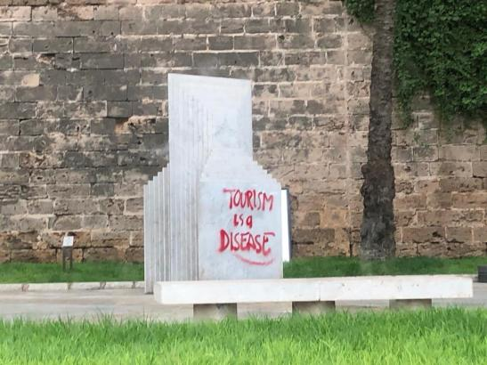 Das Kunstwerk wurde 1999 aufgestellt.