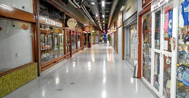 Die Konzession der Ladengeschäfte unter Palmas Plaça Major läuft am Mittwoch ab. Wie es mit den Geschäften weitergeht, ist derzeit unklar. Auch der Betreiber des Parkhauses wechselt.