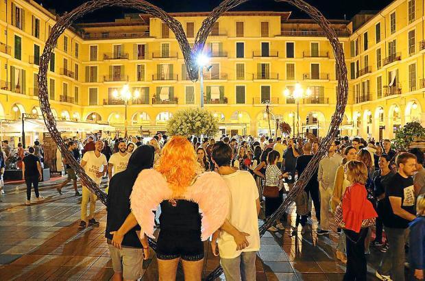 Während der Kunstnacht ist auch in den Straßen jede Menge los.