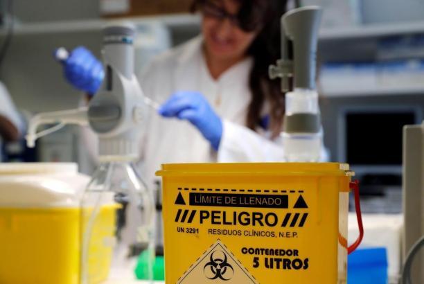 Der Erreger wird im Labor nachgewiesen.