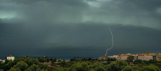 Ein Gewitter zieht über die Insel hinweg.