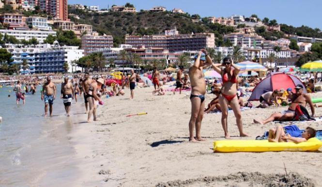 Auch im September voll: der Strand von Santa Ponça.