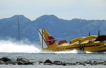 So sieht es aus, wenn ein Wasserflugzeug landet.