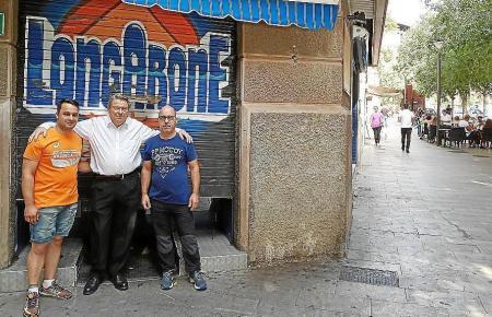 """""""Longarone""""-Betreiber Ricardo Graells mit den beiden Brüdern und Stammkellnern Santi (l). und Tolo Macías, die 23 und 18 Jahre lang im Eiscafé angestellt waren."""