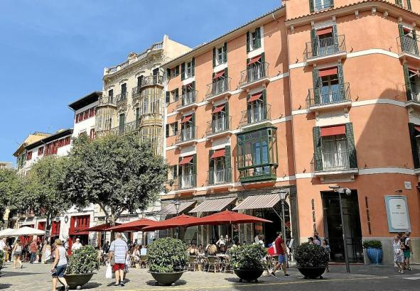 Blick auf das Hotel Mama an Palmas Rathausplatz.