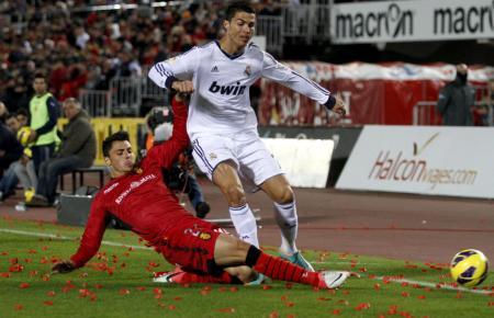 Am 28. Oktober 2012 war Real Madrid das bisher letzte Mal für ein Punktspiel in Palma. Hier versucht Mallorcas Ximo Navarro, Cristianio Ronaldo zu stoppen.
