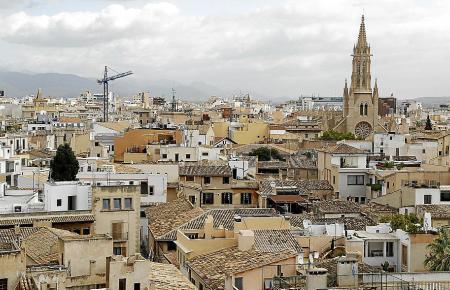 Blick auf die Altstadt von Palma. Die Balearen-Hauptstadt gehört noch immer zu den drittteuersten Gemeinden in Spanien, obwohl die Löhne hier leicht gesunken sind.
