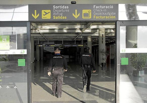 Nationalpolizisten am Flughafen von Mallorca.