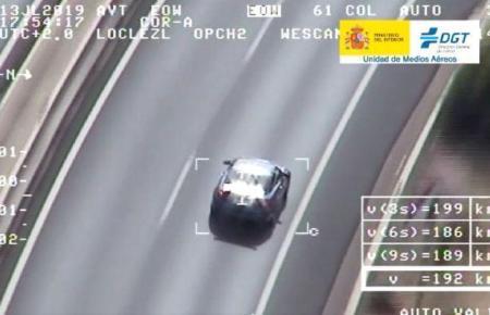 Präzise wurde das Fahrzeug mit der Heli-Kamera aufgenommen.