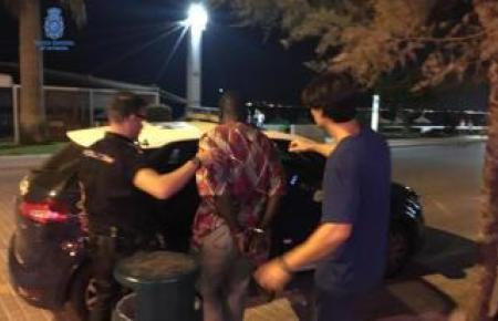 Zivilbeamte der Nationalpolizei haben an der Playa de Palma drei Männer verhaftet, die vom Fahrrad aus Drogen an Touristen verkauften.