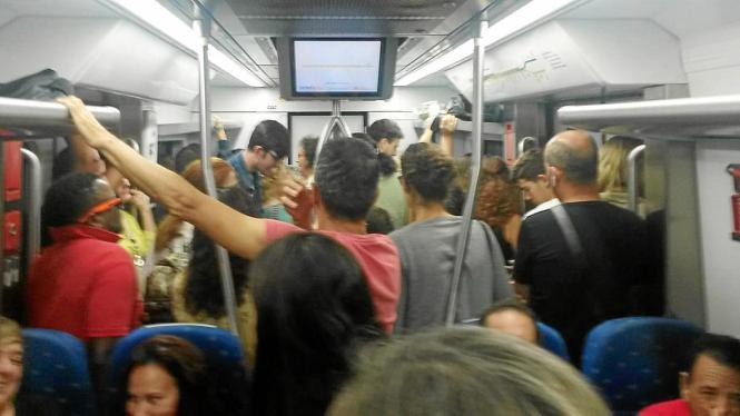 Überfüllter Mallorca-Zug am frühen Morgen.