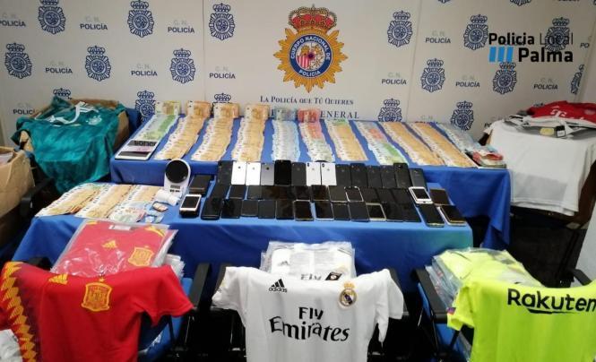 Bargeld und gefälschte Ware wurden sichergestellt.