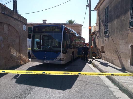 Ein Motorradfahrer ist bei einem Unfall mit einem Bus der EMT-Linie 11 tödlich verunglückt.