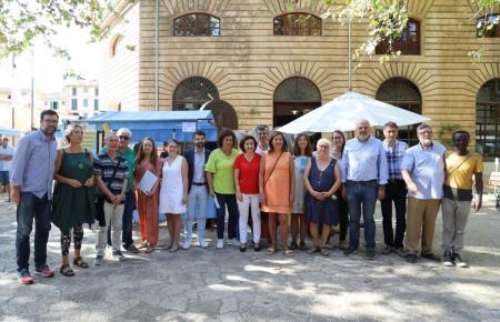 Ministerpräsidentin Francina Armengol (M., orangefarbenes Kleid) und andere Vertreter ihrer Regierung wollen die Thomas-Cook-Schäden mit einem Maßnahmenpaket begrenzen.