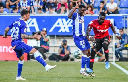 Inselkicker ohne Glück: Hier versucht Lago Junior (r.) sich gegen zwei Spieler von Deportivo Alavés durchzusetzen.