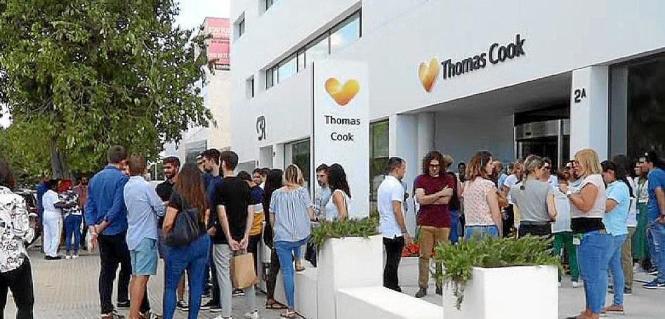 Thomas-Cook-Mitarbeiter vor der Zentrale in Palma.