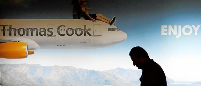 Mann vor Werbung von Thomas Cook.